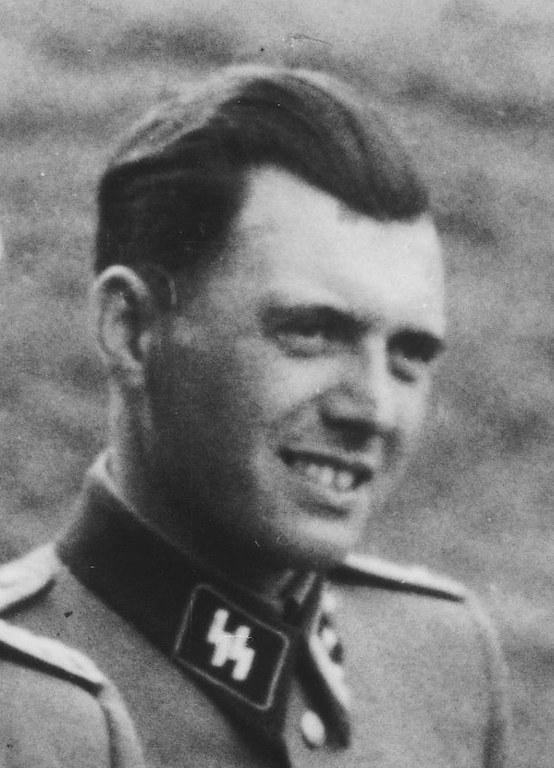 Josef_Mengele,_Auschwitz._Album_Höcker_(cropped).jpg